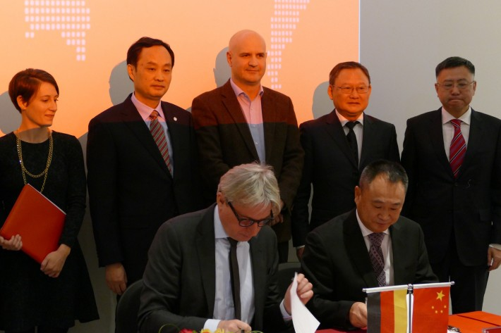 Juergen Boos, director of the Frankfurt Book Fair, and Gong Shuguang, Chairman of China South Publishing & Media Group, sign a cooperation agreement