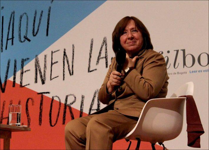 The Belarusian 2015 Nobel Prize in Literature laureate Svetlana Alexievich speaks to an audience at Bogotá Book Fair. Image: David Prada