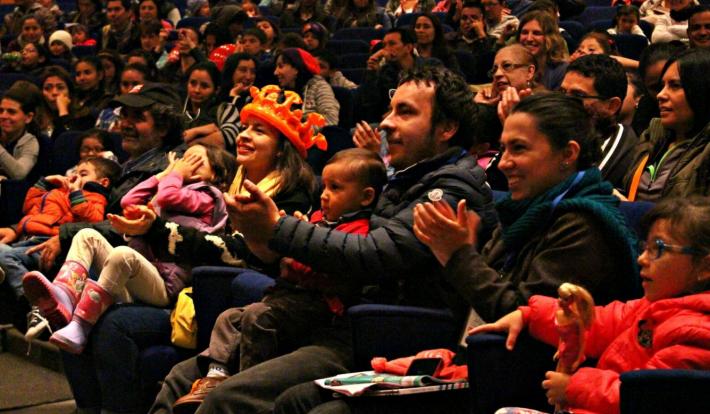Families at Bogotá Book Fair enjoy a magic show. Image: Vivana Boc
