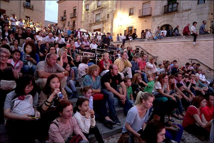 A Hay Festival Segovia 2015 audience listens to a concert at the Plaza de San Martin. Image: Hay Festival