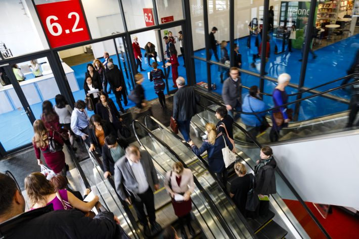 Trade visitors in Hall 6 at Frankfurt Book Fair Friday (October 21) near the Publishing Perspectives office. Image: Frankfurter Buchmesse, Mark Jacquemin